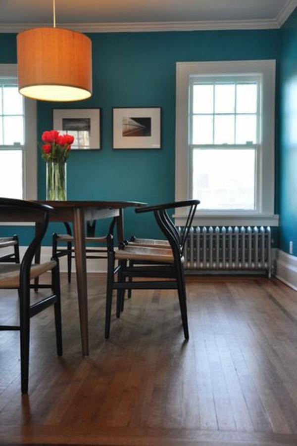 Farbideen-für-Wand-blaugrün-für-die-Küche-mit der-Lampe-und-tisch
