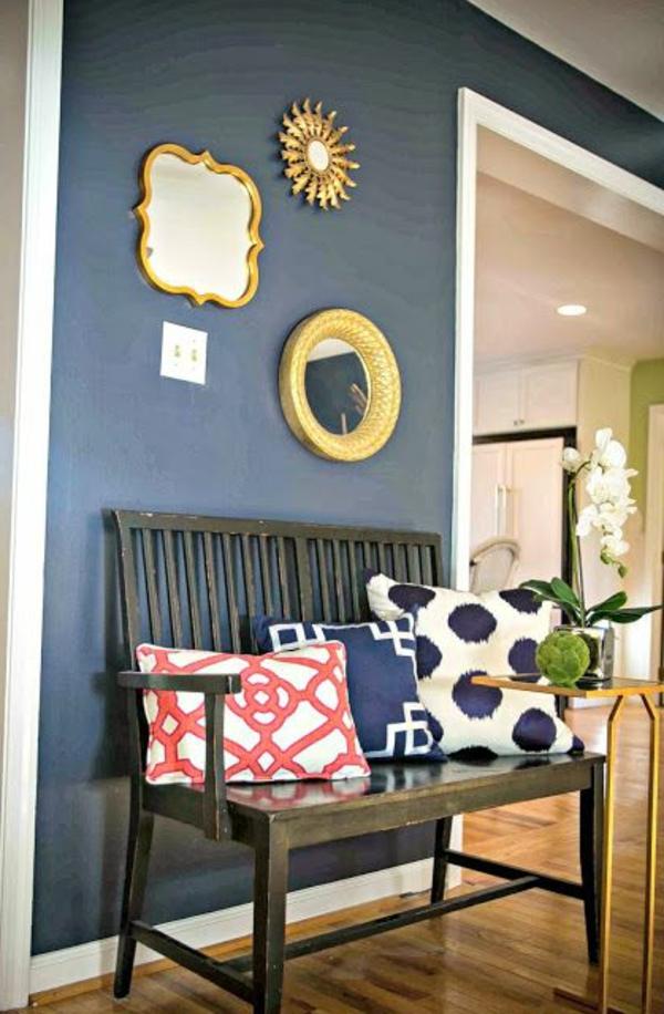 Farbideen-für-Wand-dunkelblau-mit-zwei-spielgel-und-drei-kissen