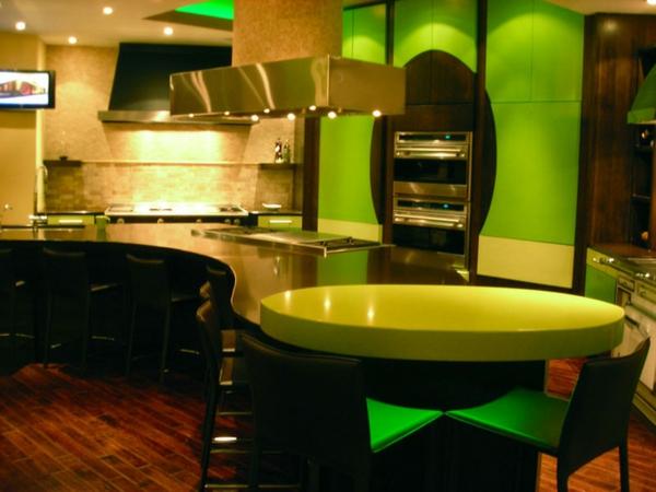 grüne-küche-mit-gelben-oberflächen-und-viel-licht