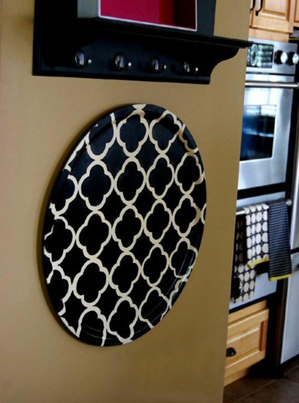Küchenwandgestaltung-mit-teller-in-schwarz-und-weiß