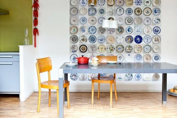 Küchenwandgestaltung-mit-mehreren-bemalte-teller-auf-der-ganzen-wand