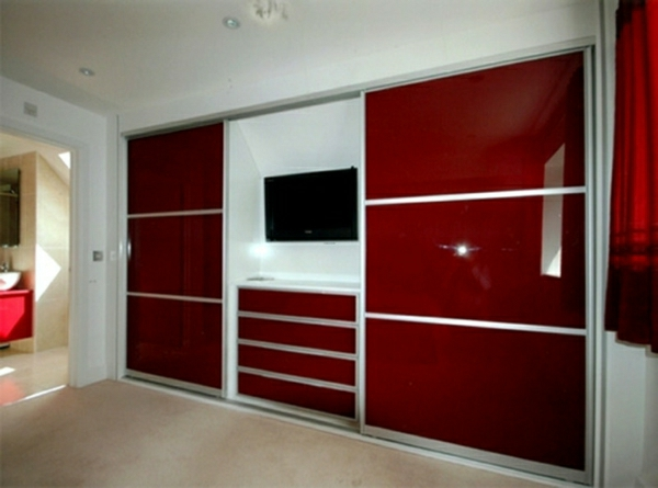 kleiderschranksystem-in-rot-und-weiß