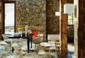 Natursteinwand im Wohnzimmer – im Landhausstil gestalten!