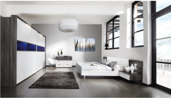 Schiebeschrank Schlafzimmer-weiß-grau-und-blauen-Akzenten-in-weißem-Schlafzimmer