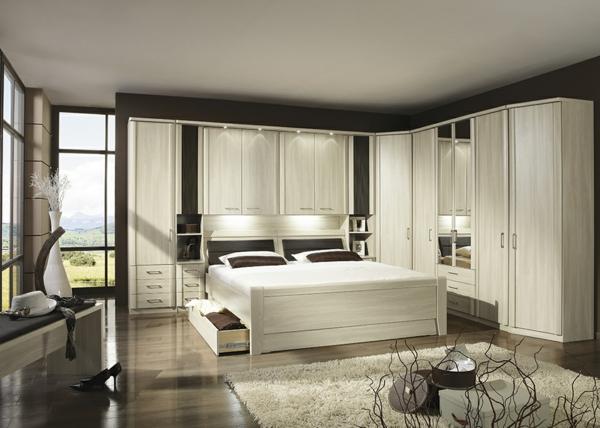 Schlafzimmerschranksysteme-in-cremeweiß-auf-braunen-hintergrund