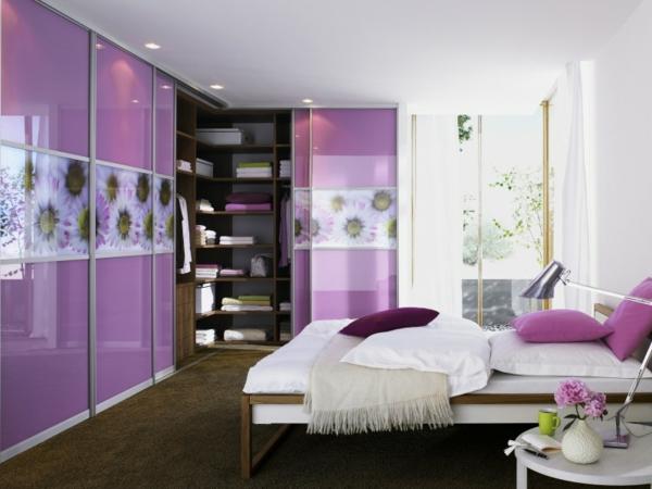 Schlafzimmerschranksysteme-in-lila-Farbe-mit-blumenelementen