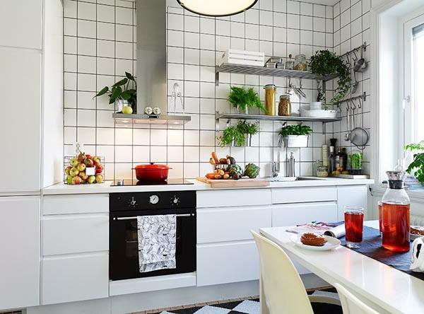 Kleine-traditionelle-Küche-mit-weißen-Fliesen