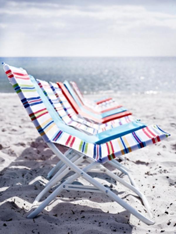 Strandstuhl- Ikea-bunt-und-sonnig-neben-dem-Meer