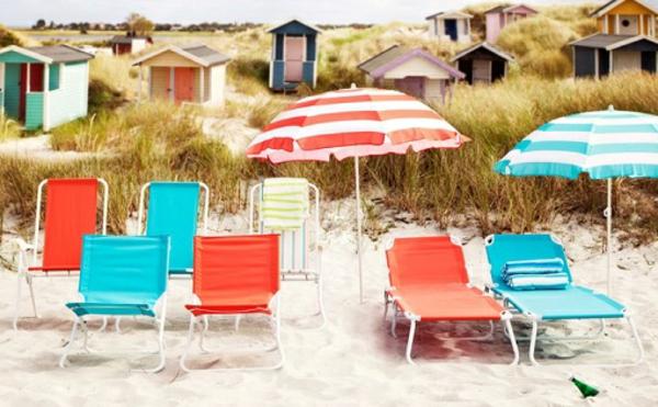 Strandstuhl Ikea-bunte-Stühlen-mit-bunten-Sonnenschirme