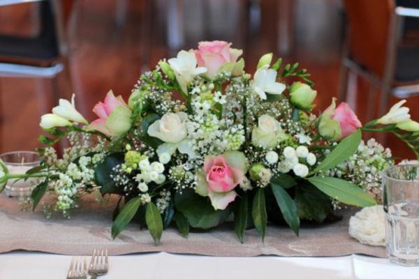 Tischgestecke-für-Hochzeit-Blumendeko-rosen