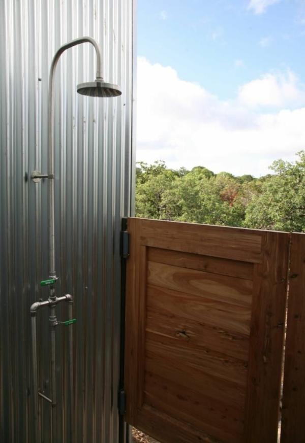 aluminium-sichschutz-für-außendusche-holztür
