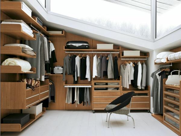 Ankleidezimmer Möbel Im Dachgeschoss Aus Holz Und Sehr Hell