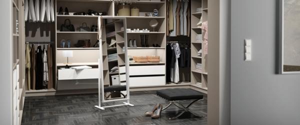Borgsjo Glass Door Cabinet Ikea ~ Spiegel in der Mitte des Ankleidezimmers
