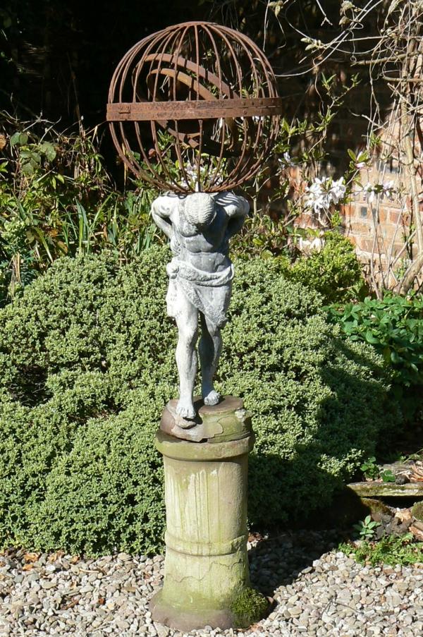 antike-gartendeko-statue-im-garten