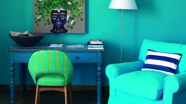 wohnzimmer blau türkis:Die Wandfarbe Türkis sieht perfekt auch mit den alten Hölzmöbel aus