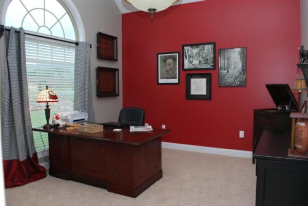 arbeitszimmer-nach-feng-shui-regeln-aufräumen-rote-wand