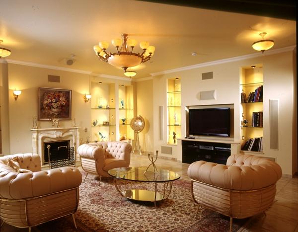 modernes wohnzimmerm mit drei ledersesseln und einen eleganten lüster