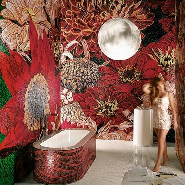 atemberaubende-mosaikfliesen-im-bad- eine schöne frau neben der badewanne