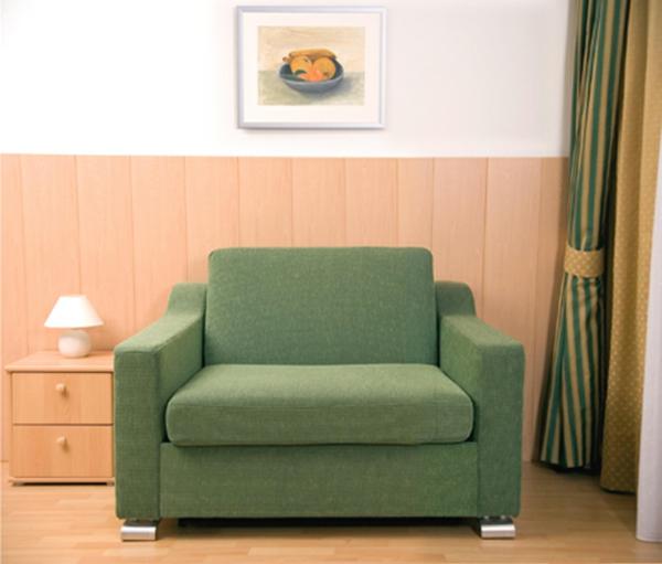ausziehbarer-schlafsessel-interessante-farbe- ein bild hängt über dem sessel