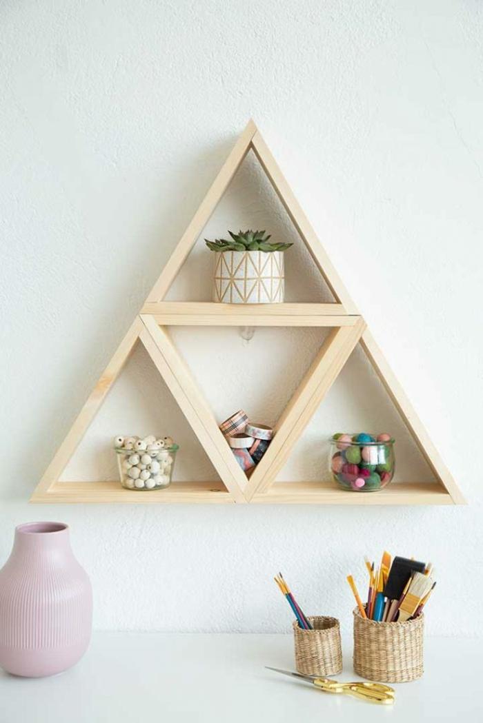 bücherregal selber bauen, diy regal in der form von dreieck, dreicke aus holz, holzregal