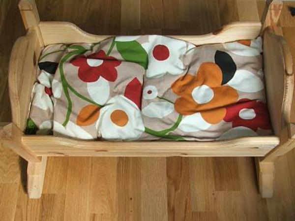 babybettchen-bettwäsche-mit-ornamenten- foto von oben genommen