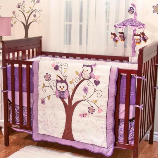 babybettchen-mit-lila-bettwäsche-mit-ornamenten- lila farbtönungen