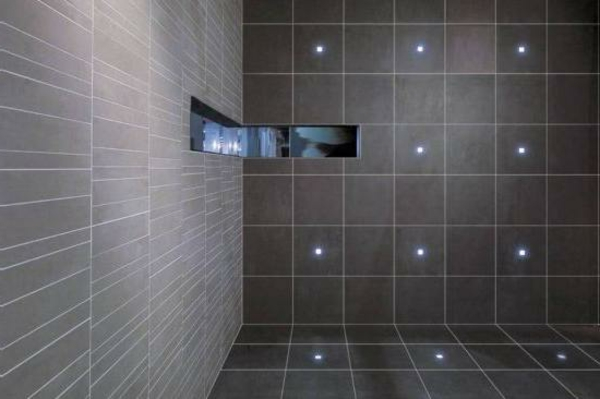 badezimmer-gestalten-led-fliesenbeleuchtung-sehr schlicht und elegant