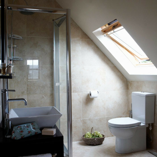 Dusche Unter Dem Dach : badezimmer-im-dachgeschoss-mit-Duschkabine-und-mit-hellen-fliesen