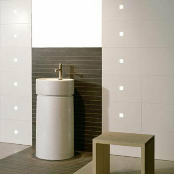 badezimmer-mit-led-fliesenbeleuchtung- wandakzent und ein weißes waschbecken
