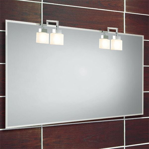 moderner spiegel mit zwei leuchten an der wand im badezimmer
