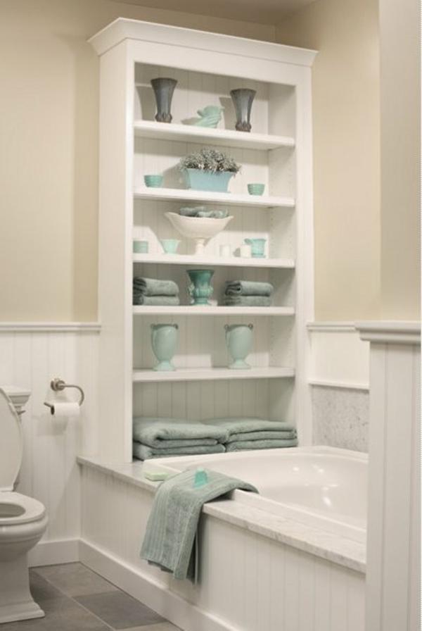 Badezimmergestaltung-Ideen-weiße-Regale-an-der-Badewanne