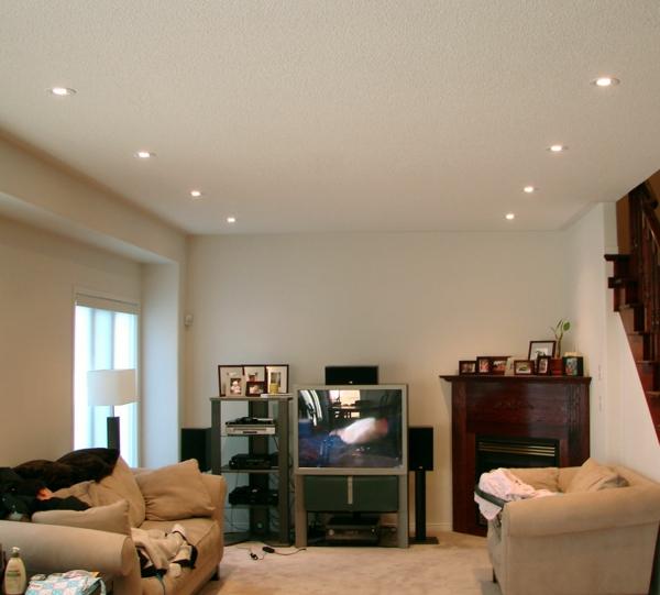 beleuchtungsideen-für-wohnzimmer-schöne-gestaltung-beige sofa mit dekokissen