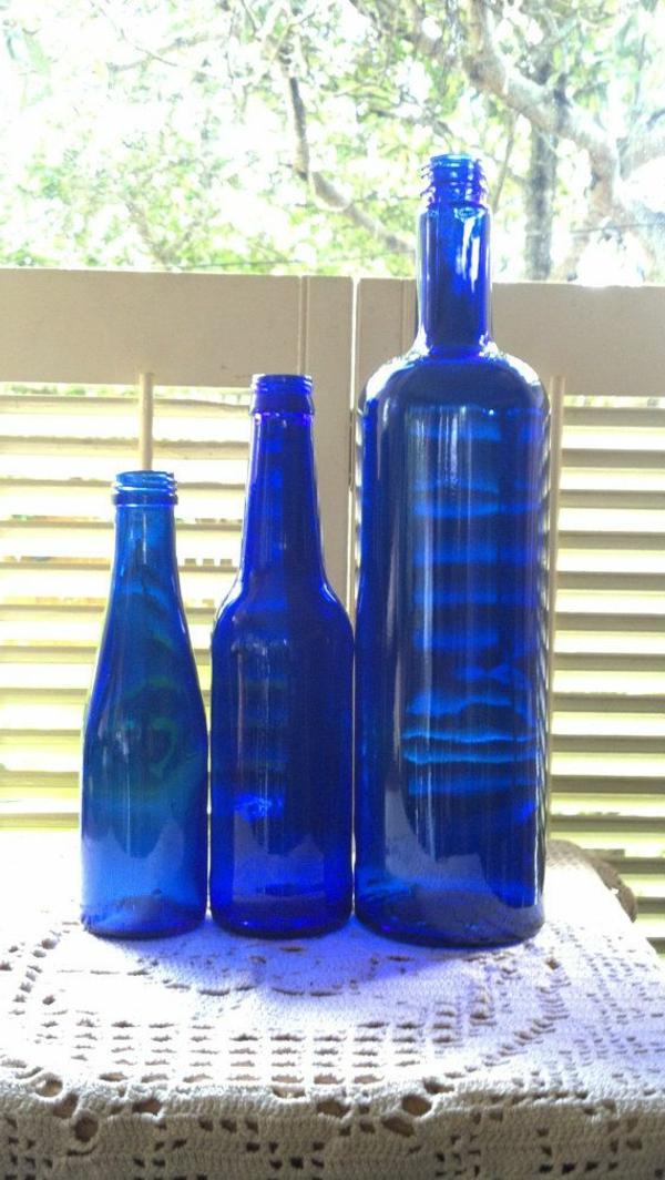 blaue-farbtöne-akzent-deko-flaschen
