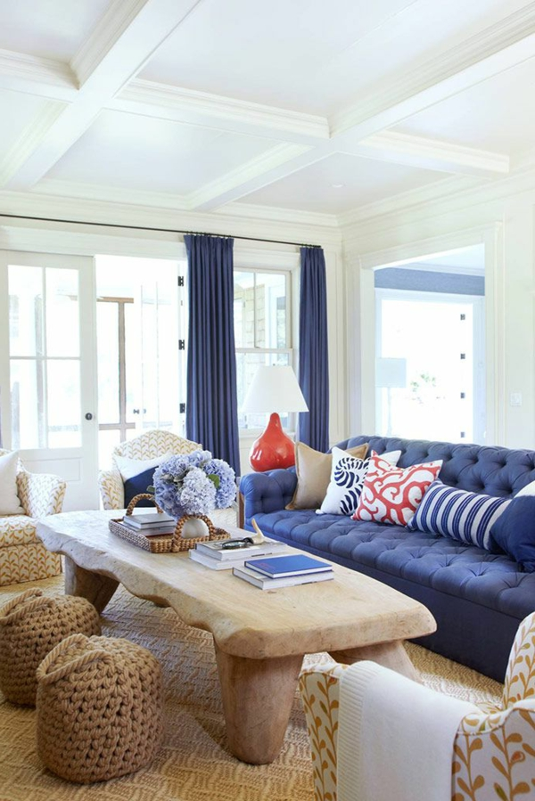 Modernes Blaues Sofa Mit Kissen Und Lampe Im Wohnzimmer Stockfoto