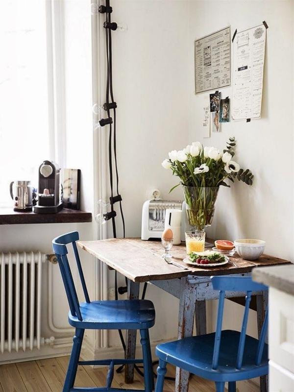 blaue-farbtöne-akzent-deko-stühle