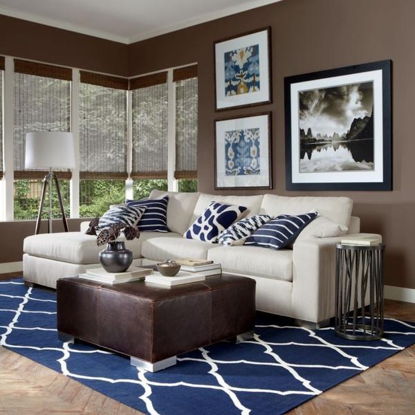 Dunkel Blauer Teppich mit Deko Kissen mit weiß -blauen Streifen