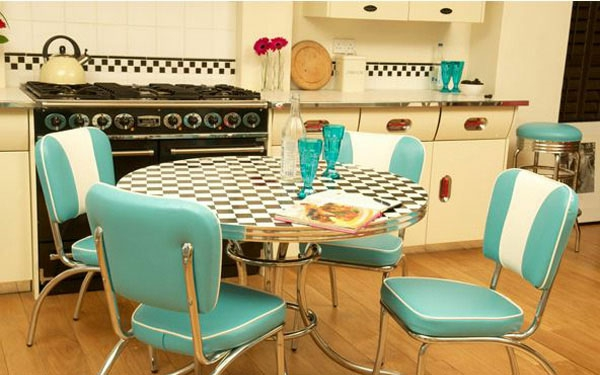blaue-stühle-helle-nuancen