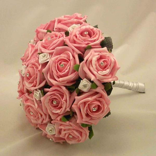 ehefrau-blumenstrauß-rosen-schöne-hochzeit