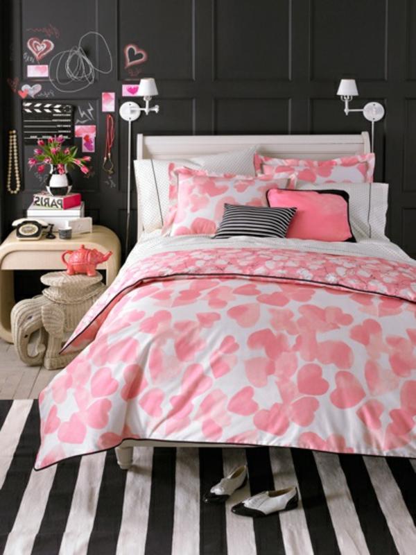braune -Wand-und-rosa-Decke- mit-schwarz-weissem-Teppich