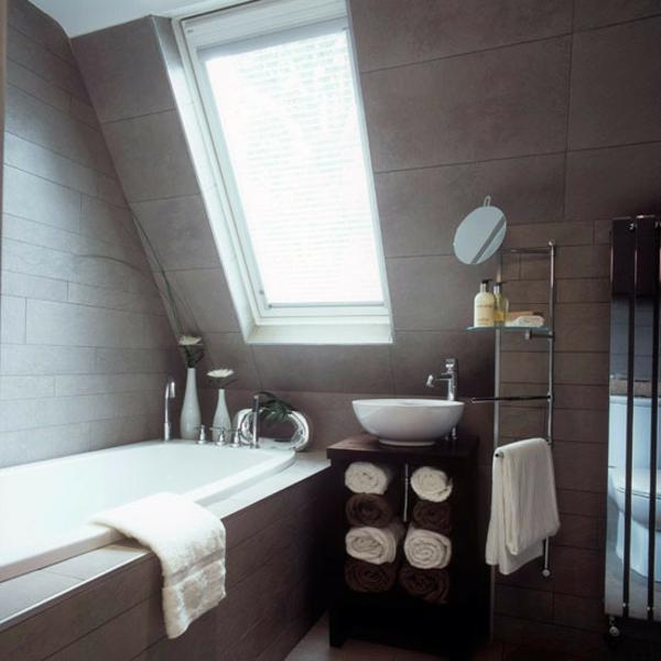 braune-fliesen-in-der-mansarde-badezimmer-mit-badwanne