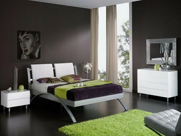 braune-möbel-braune-wandgestaltung-grün