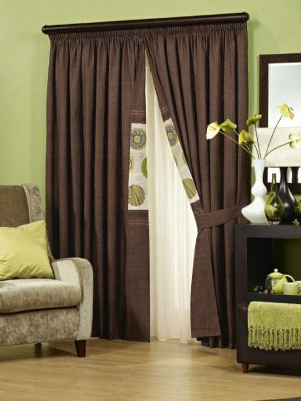 braune-möbel-gardinen-grün