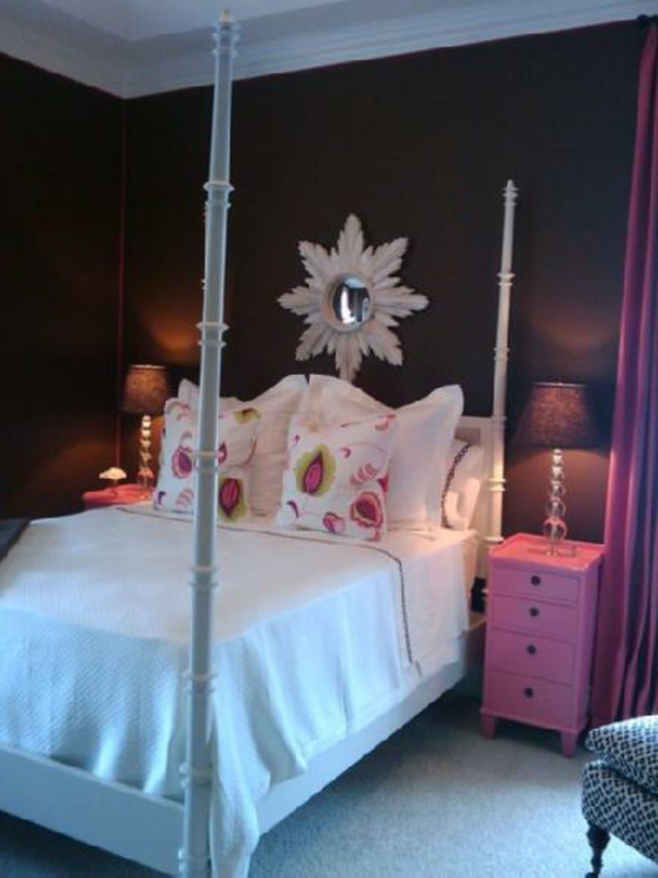 braune-wand-mit-dem spiegel-und-rosa-kommode