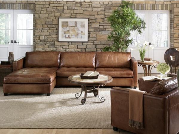 couch wohnzimmer:Hell Braunes Sofa aus Leder im Wohnzimmer mit Steindekoration