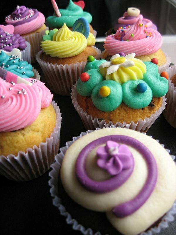 schöne-bunte-cupcakes-dekorieren-leckere-cupcakes-deko