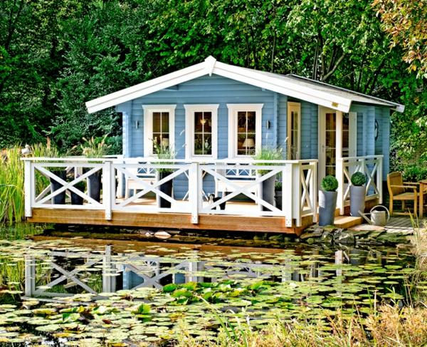 bunte -gartenhäuser-blaue-farbe- in einer natur umgebung