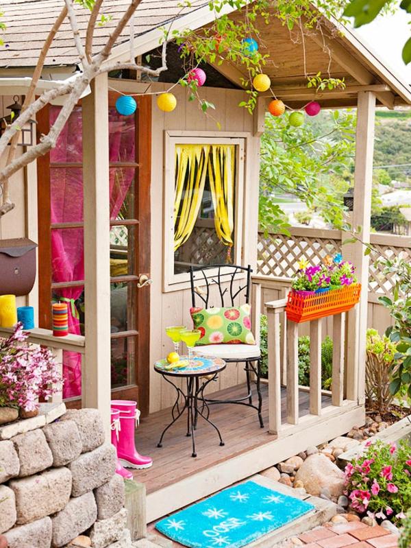 bunte -gartenhäuser-buntes-modell- ein kleiner nesttisch und ein stuhl daneben