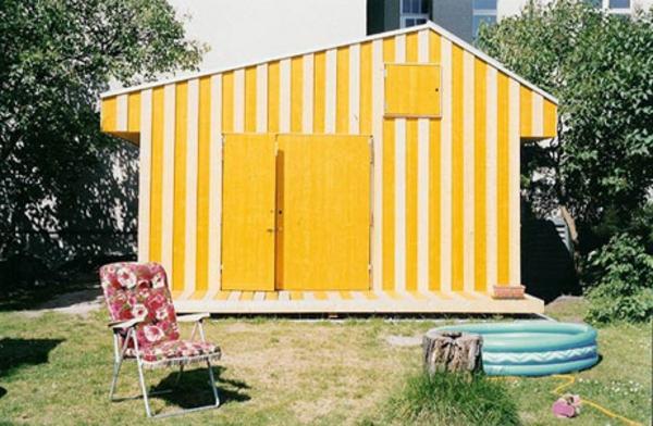 bunte -gartenhäuser-gelbe-farbe-modern gestaltet