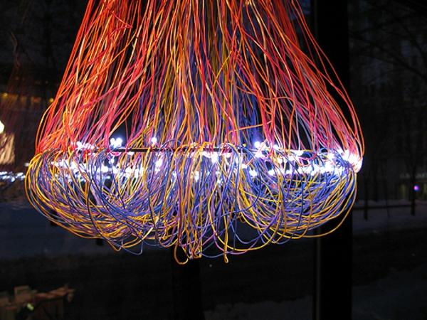 bunte-kabel-in-einen-kronleuchter-gemacht