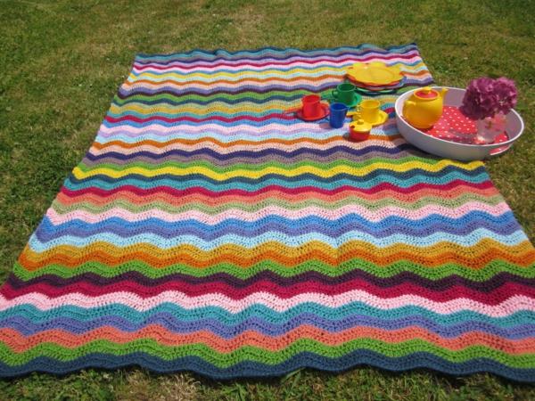 bunte-picknick-decke-sehr-schön-aussehend- bunte tassen darauf
